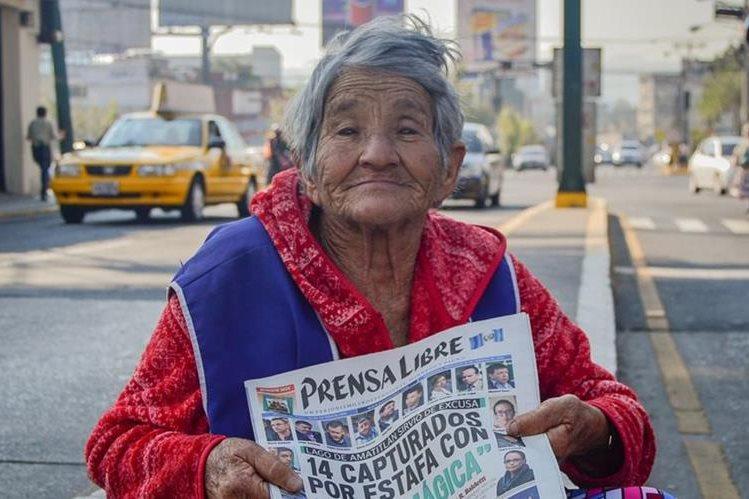 Grajeda durante su faena diaria en la diagonal 6, zona 10 de la capital. Foto Prensa Libre: Roberto Villalobos Viato.