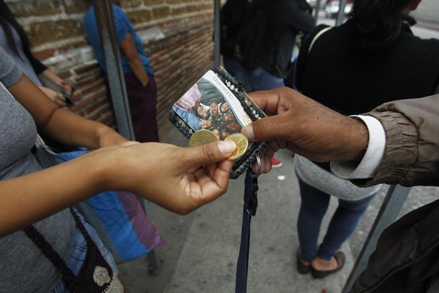 Usuarios compran pasajes cuando ya no tienen saldo en su tarjeta Siga o no la llevan consigo. (Foto Prensa Libre: Carlos Hernández)
