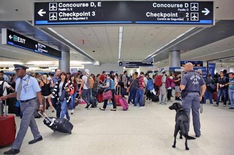 El Aeropuerto Internacional de Miami tenía pautado reanudar operaciones paulatinamente este martes. (Foto Prensa Libre: http://hrld.us/2xkYXTs)