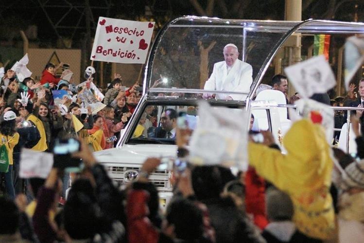 El Papa Francisco, llegó a Bolivia en la segunda etapa de una gira por tres naciones de los más pobres del continente.(Foto Prensa Libre:AP)