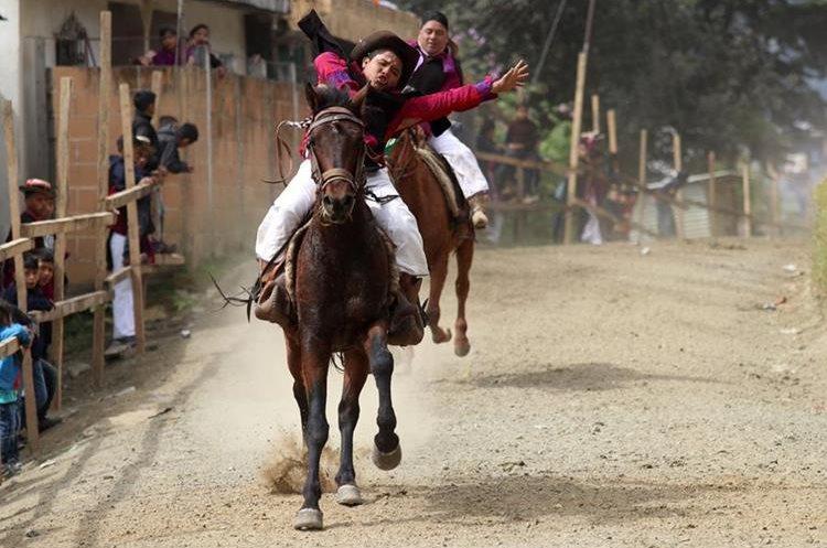Un jinete ebrio desafía al caballo al levantar las manos en pleno galope