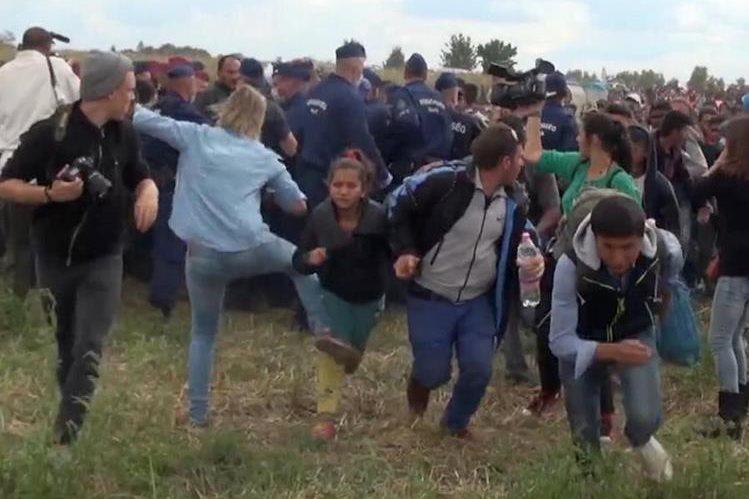 Momento en el que la camarógrafa da una patada a una niña inmigrante siria, lo que le ha valido miles de comentarios de rechazo.