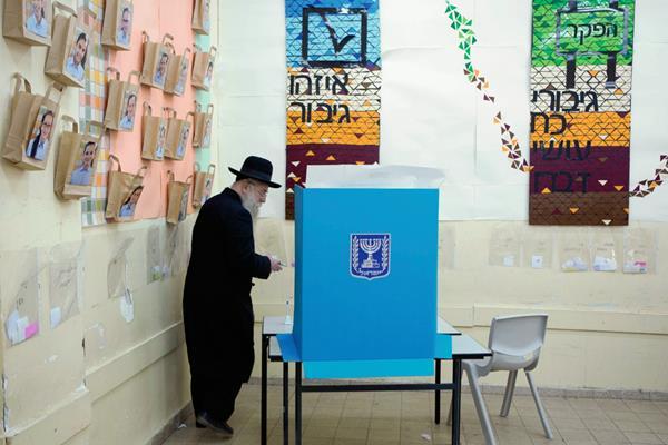 Un judío ultraortodoxo israelí  vota  en Jerusalén. (Foto Prensa Libre: AFP)AFP