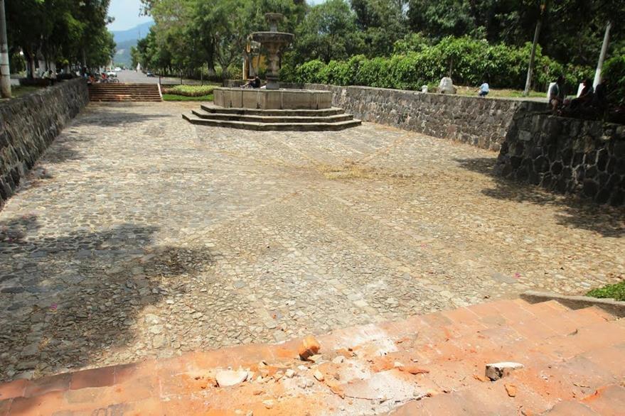 Autoridades no han determinado qué tipo de vehículo causó daños en iglesia de Antigua Guatemala. (Foto Prensa Libre: Miguel López)