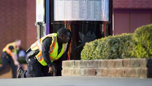 En Dallas como en muchos otros lados, antes de que llegaran las agencias de prensa, varios de los presente capturaron imágenes con sus celulares. AP