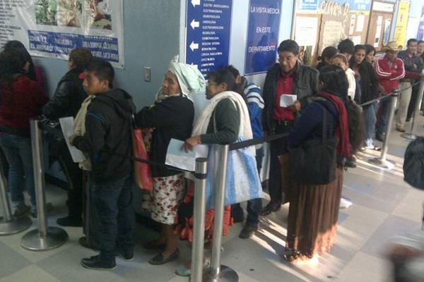 <p>Largas colas en la consulta externa del Hospital San Juan de Dios. (Foto Prensa Libre: Estuardo Paredes)</p>