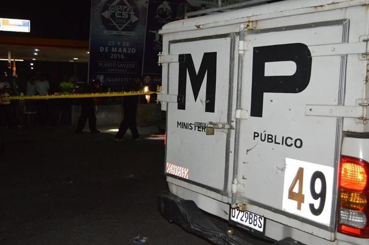 Investigadores del MP recaban evidencias en la comunidad Santa Cruz, Río Hondo, Zacapa, donde un hombre murió a balazos. (Foto Prensa Libre: Víctor Gómez)