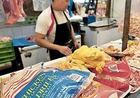 El pollo importado se ofrece en promedio en Q5 y Q6 la libra y la libra de fresco a Q11 en el mercado. (Foto Prensa Libre: Álvaro Interiano)