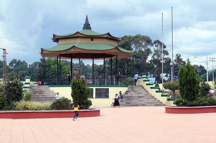 Los vecinos de la zona 3 de Xela exigen a la comuna que el parque Japón esté libre de ventas informales. (Foto Prensa Libre: Carlos Ventura)