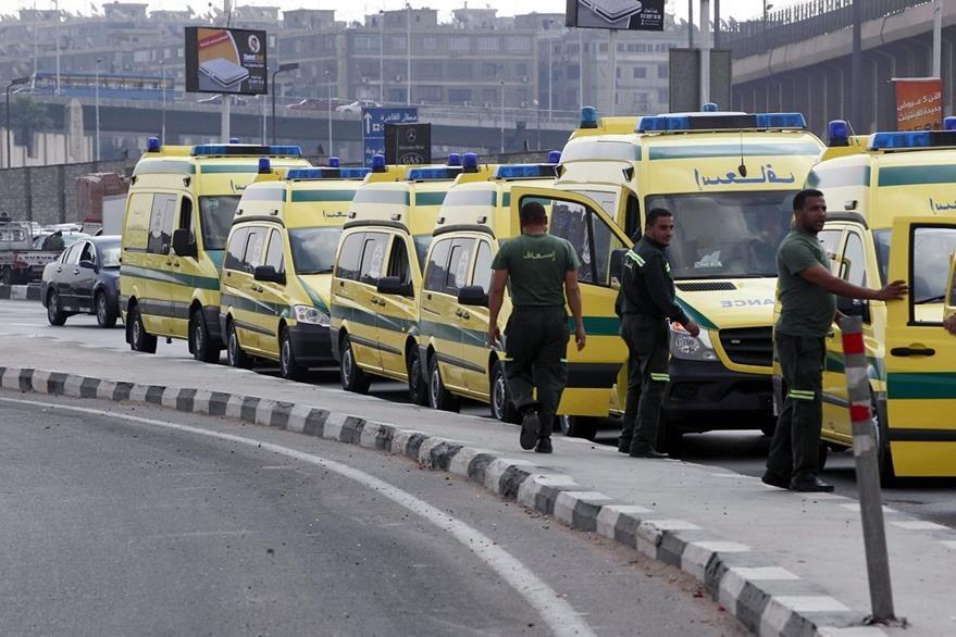 Servicios de ambulancia de Egipto trasladan los cuerpos a la morgue. (Foto Prensa Libre: EFE).