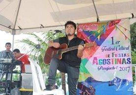 Artistas locales participan en el festival de fiestas agostinas en Panajachel. (Foto Prensa Libre: Ángel Julajuj)