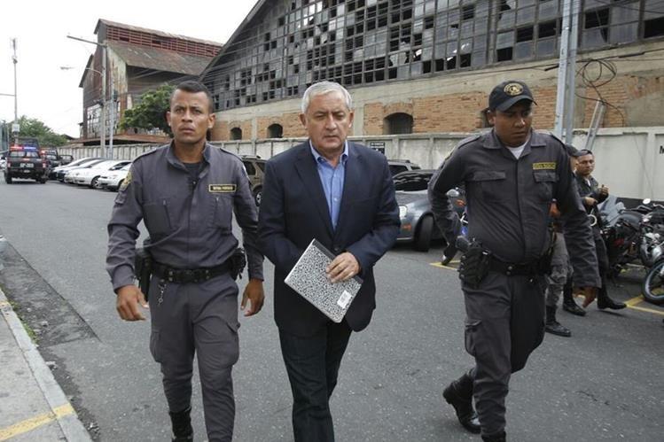 Otto Pérez llega a la Torre de Tribunales para participar en el décimo día de audiencia. (Foto Prensa Libre: Paulo Raquec)
