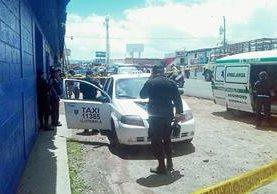 Las autoridades  acordonaron el área donde murió baleada una mujer, en el km 50.5 de la ruta Interamericana, El Tejar, Chimaltenango. (Foto Prensa Libre: Renanto Melgar)