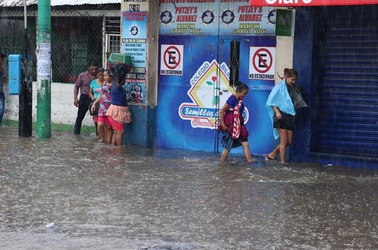Las fuertes lluvias provocaron el colapso de los drenajes. (Foto Prensa Libre: Enrique Paredes)