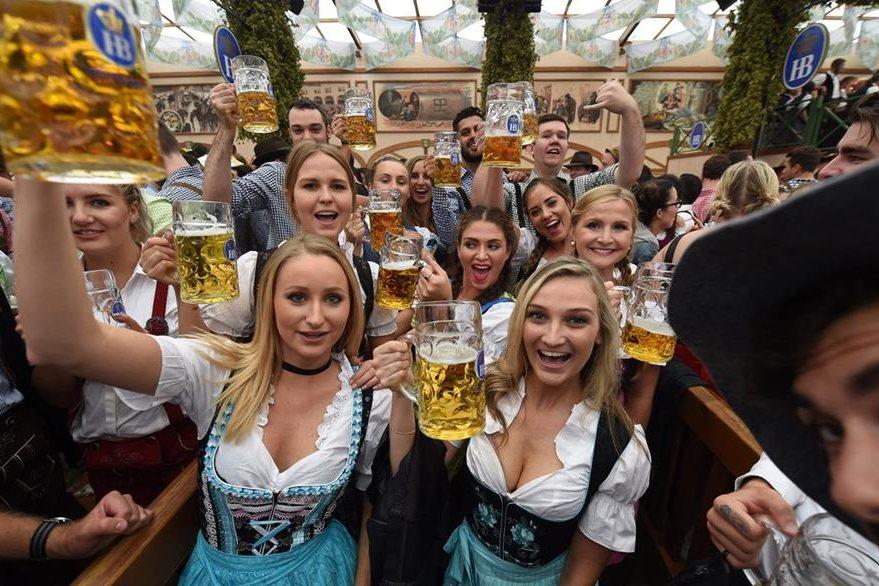 Visitantes disfrutan de la cerveza alemana. (Foto Prensa Libre: AFP)