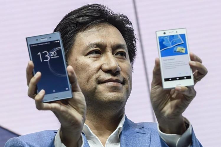 El vicepresidente ejecutivo de Ventas globales de Sony Mobile, Hideyuki Furumi, presenta el nuevo Sony Experia XZ1 (Foto Prensa Libre: EFE).