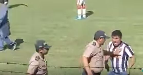 La policía tuvo que intervenir para detener la batalla campal. (Foto Prensa Libre: Captura de Pantalla Youtube)