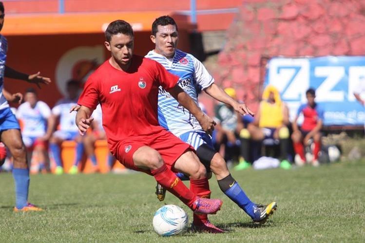 Henry López, en acción, durante el partido amistoso contra Iztapa. (Foto Prensa Libre: Jesús Cuque)