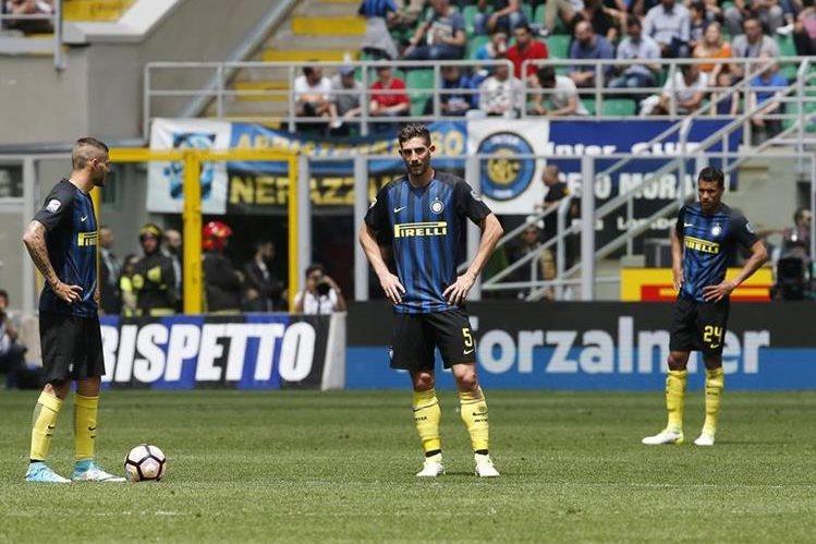 Los jugadores del Inter, Mauro Icardi, Roberto Gagliardini y Jeison Murillo se lamentan luego de una anotación del Sassuolo. (Foto Prensa Libre: AP)