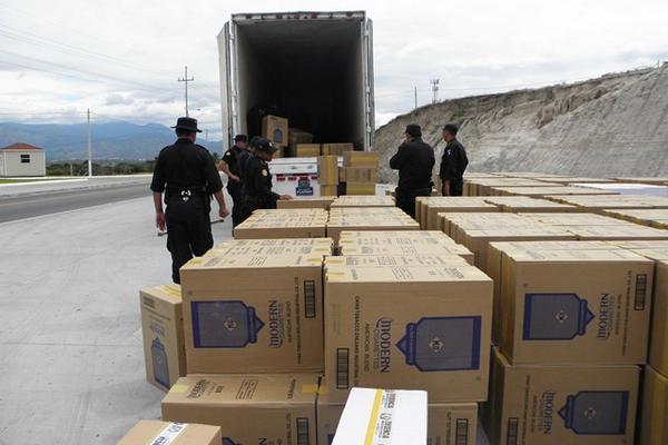 """<p>Policías contabilizan la mercadería decomisada. (Foto Prensa Libre: Julio Vargas)<br _mce_bogus=""""1""""></p>"""