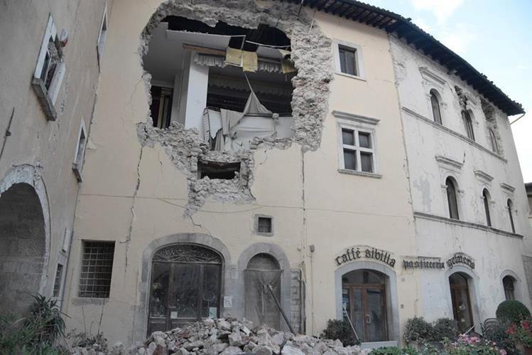 Un edificio colapsado en Visso, una de las regiones más afectadas por el sismo. (Foto Prensa Libre: AFP).