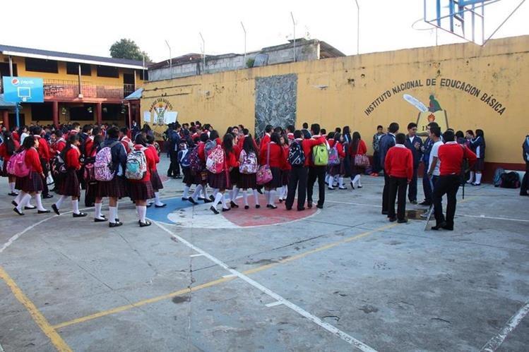 Estudiantes del INEB exigen que se restablezca la la energía eléctrica y que se contraten más maestros (Foto Prensa Libre: Eduardo Sam Chun)