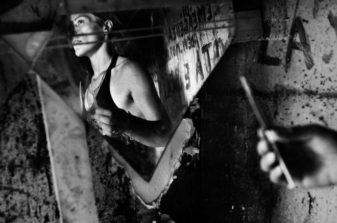 Al documentar Scampia, un barrio en el norte de Nápoles, Salvatore Esposito capta aquellos jóvenes envueltos en el tráfico de drogas en la región. Durante muchos años, los clanes rivales dentro de la mafia, conocida como la Camorra, han luchado por el control de la zona. SALVATORE ESPOSITO