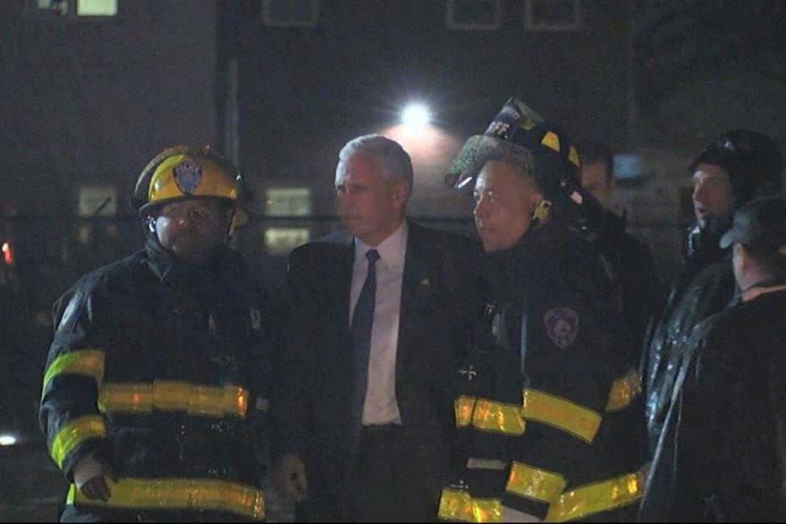 Socorristas comprueban el estado del candidato republicano a la vicepresidencia de EE. UU., Mike Pence, luego del incidente de su avión. (Foto Prensa Libre: AP).
