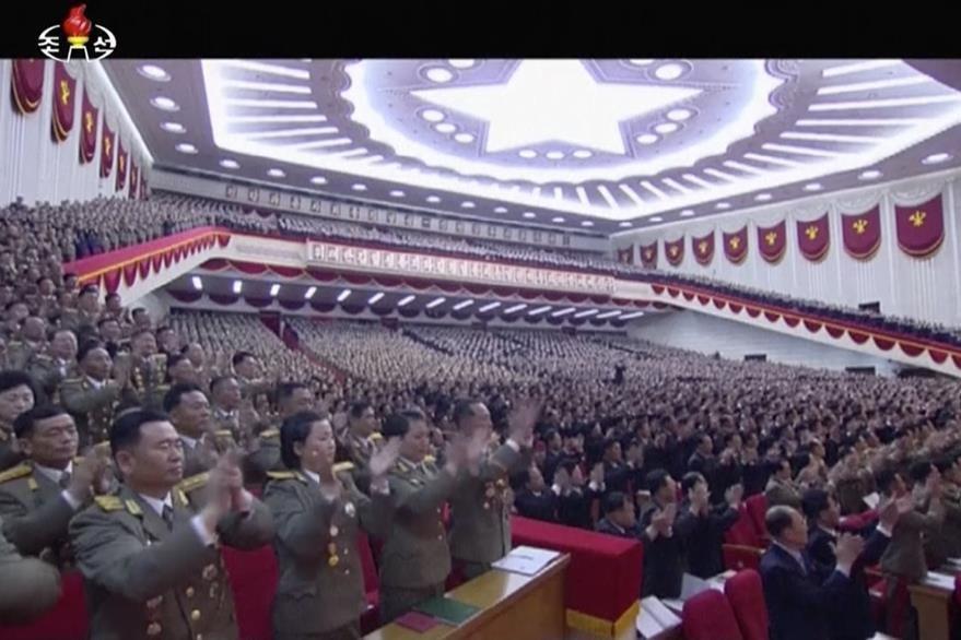 Vista de la sesión del Congreso norcoreano prorcionada por la agencia oficial de televisión. (Foto Prensa Libre: AP).