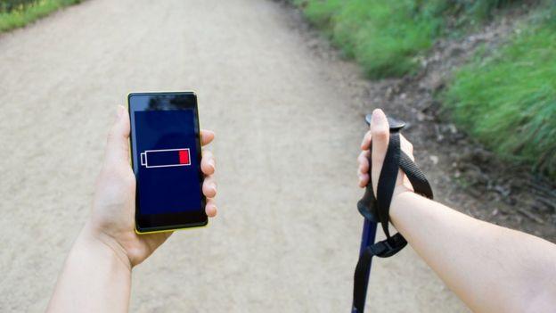 Si el teléfono se descarga en medio de un campo, no hay mucho que puedas hacer... (THINKSTOCK)