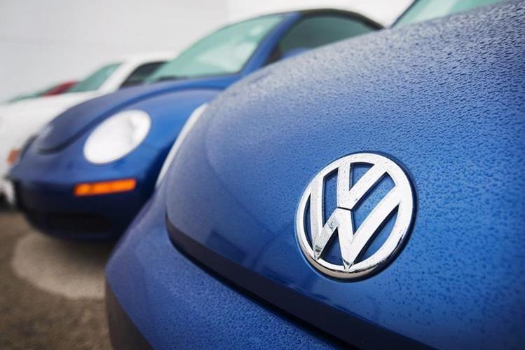El fabricante aleman colocó en sus vehículos dispositivos que burlan en control ambiental. (PL-AFP)