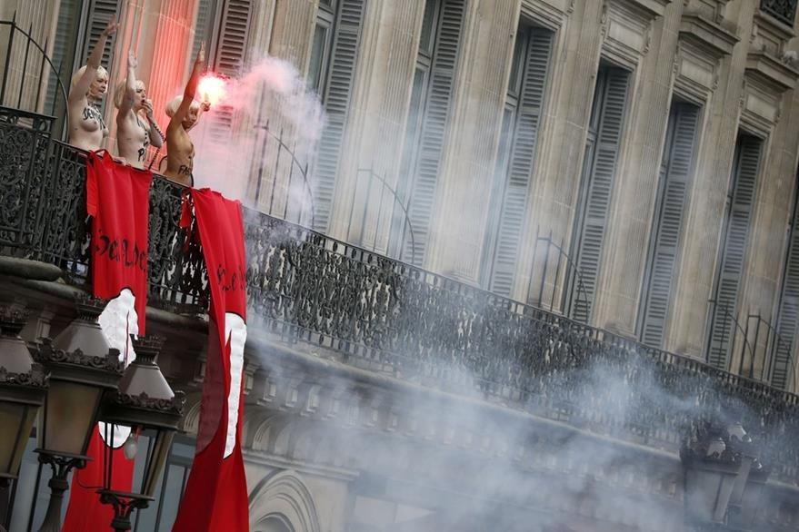 Activistas de Femen mostraron su descontento con la política Marine Le Pen en Francia. (Foto Prensa Libre: AFP).