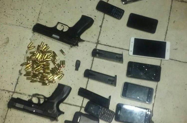 Armas y teléfonos decomisados a supuestos pandilleros en la zona 7 de Mixco. Foto Prensa Libre: PNC