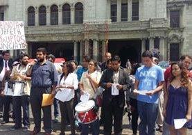 Un grupo de jóvenes conmemora un año de la manifestación #25A en la Plaza de la Constitución. (Foto Prensa Libre: Érick Avila)