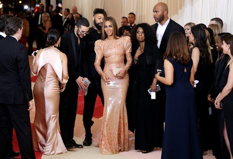 Beyoncé fue una de las pocas estrellas que le puso otro color a la gala del MET. (Foto Prensa Libre: EFE)
