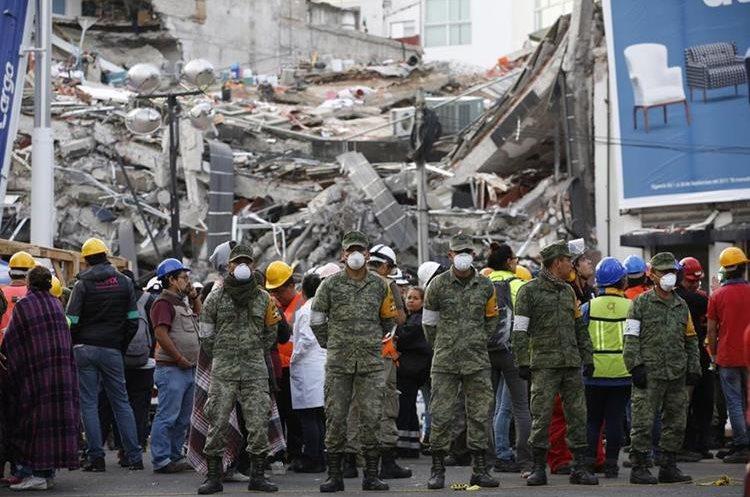 Operaciones de rescate continúan en el sitio de un edificio colapsado en Roma Norte, en la Ciudad de México. (AP).