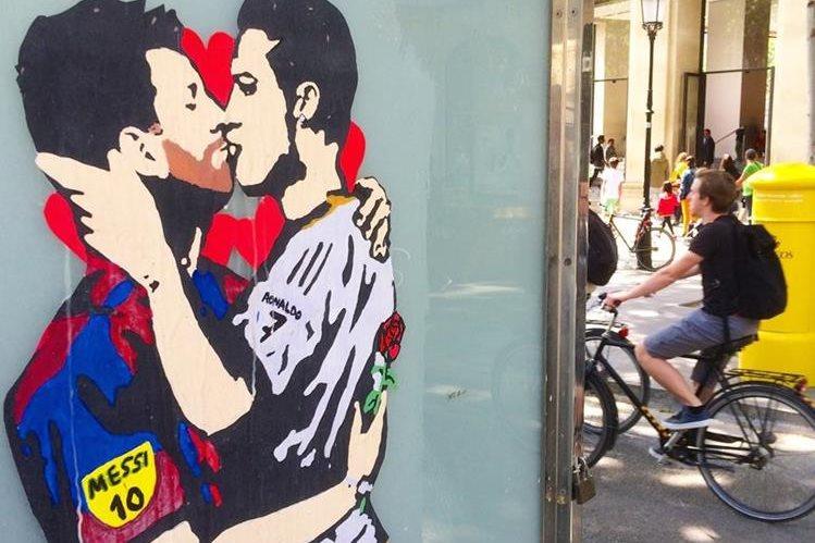 Este es el controversial beso entre Messi y Cristiano. (Foto Prensa Libre: Twitter Tvboy)