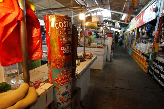 Las tuberías de drenajes instalados en el mercado El Guarda para el mezzanine están cubiertos de afiches. (Foto Prensa Libre: Paulo Raquec)