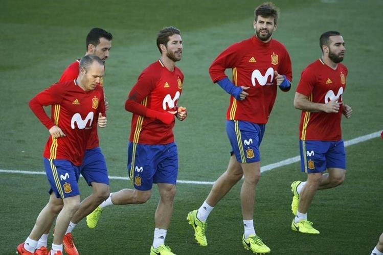 Andrés Iniesta Sergio Busquets, Sergio Ramo, Gerard Piqué, y Daniel Carvajal, durante un entrenamiento de la selección española. (Foto Prensa Libre: EFE)