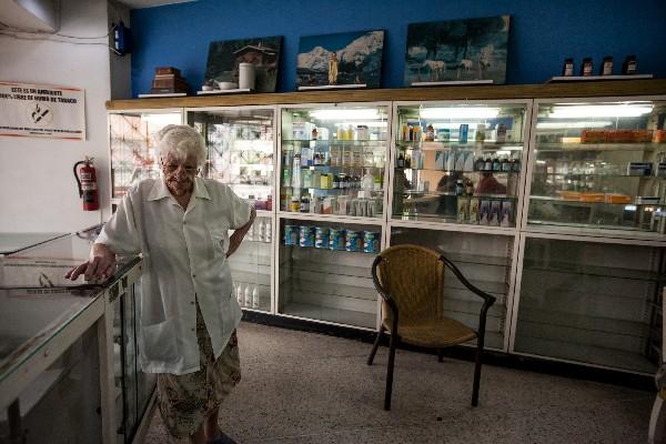 """Una de las encargadas de la farmacia """"San Vicente"""" se muestra pensativa. (EFE)."""