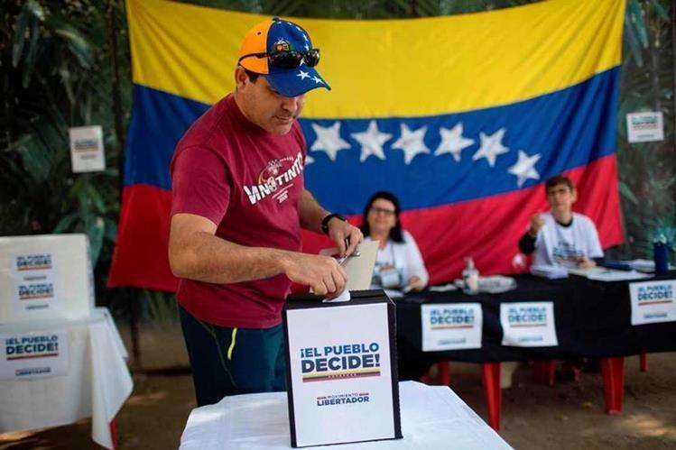 Miles de venezolanos en Brasil votan en la consulta contra la Constituyente. (Foto Prensa Libre: AFP)