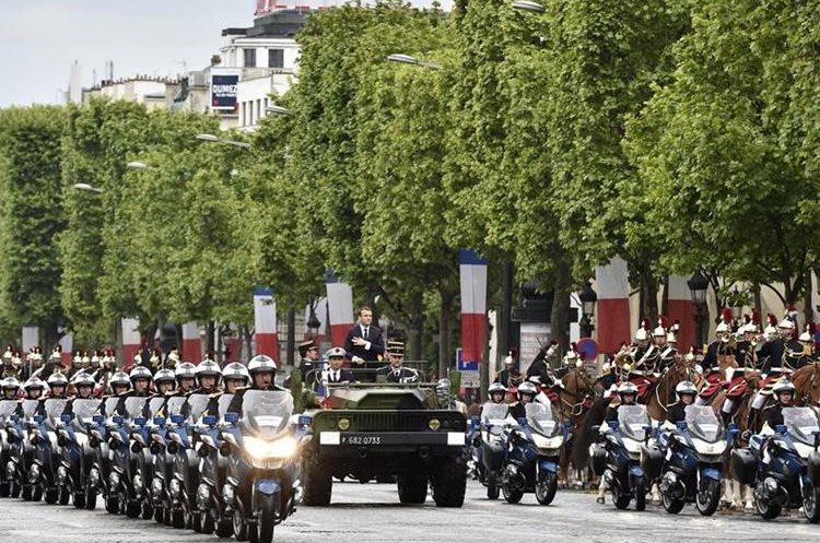 Emmanuel Macron desfila en vehículo militar después de su ceremonia de la toma de poseción como presidente francés.(Foto Prensa Libre:AFP).