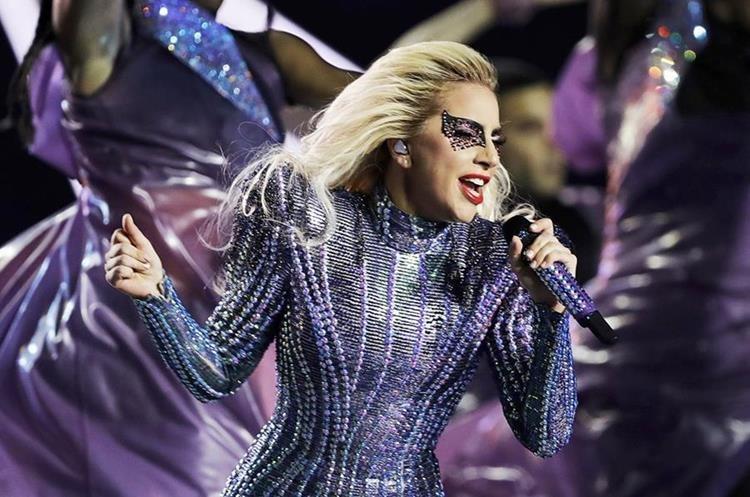 Lady Gaga durante su presentación en el espectáculo de medio tiempo del Super Bowl 51 de la NFL entre los Patriots de Nueva Inglaterra y los Falcons de Atlanta el domingo 5 de febrero de 2017 en Houston. (Foto AP/Darron Cummings)