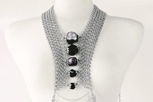 <p>Collar de cuerpo completo elaborado con tejido en metal y aplicaciones de piedra ágata. (Foto Prensa Libre: Archivo)<br></p>