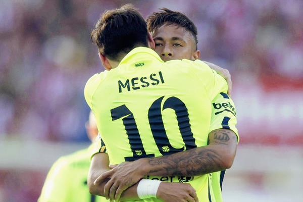 El delantero argentino del Barcelona, Leo Messi (c), celebra con su compañero, el brasileño Neymar Jr, el gol marcado al Atlético de Madrid (Foto Prensa Libre: EFE)