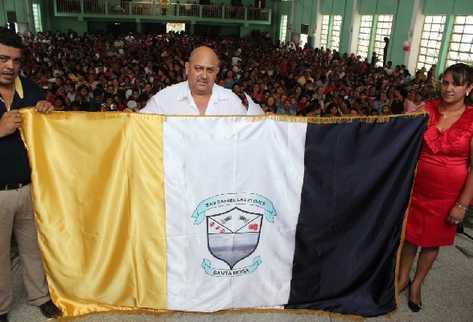 El aLCALDE Leonel Morales muestra la bandera de San Rafael Las Flores, Santa Rosa.