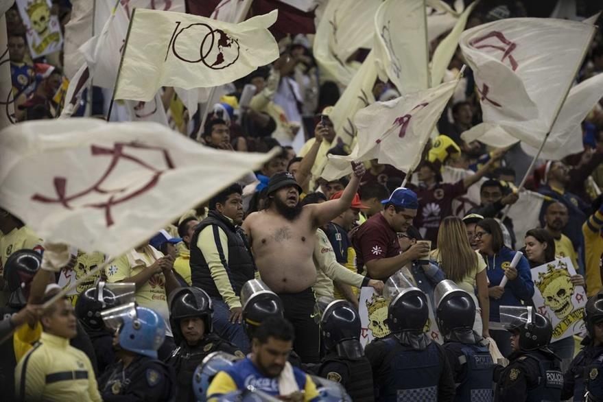 Americanistas apoyan a su club en el Estadio Azteca. (Foto Prensa Libre: AP)
