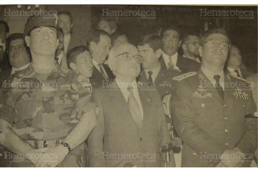 """Epaminondas González junto al general  Francisco Ortega Menaldo y  Jose Domingo Samayoa durante el """"Serranazo"""" ocurrido en mayo de 1993. ( Foto: Hemeroteca PL)"""