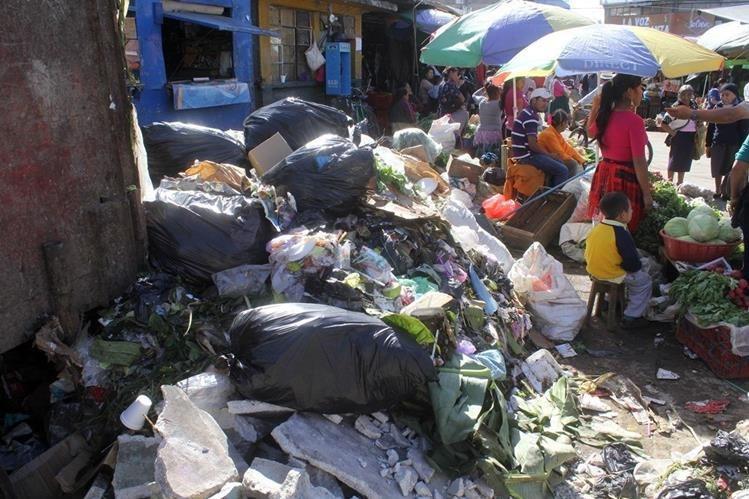Desperdicios inundan mercado de la cabecera de Jalapa. (Foto Prensa Libre: Hugo Oliva)