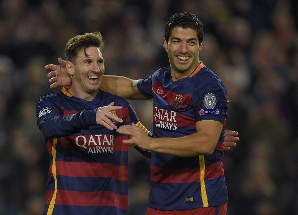 Lionel Messi y Luis Suárez festejan en el último triunfo del Barcelona. (Foto Prensa Libre: AFP)
